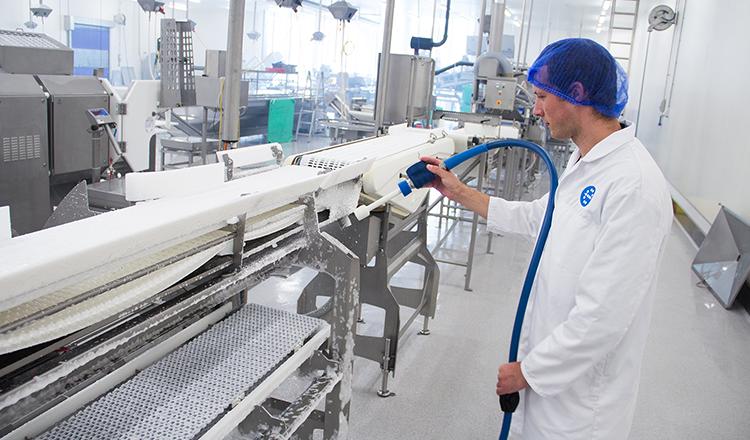 Machines en productieruimtes reinigen met een NBR slang