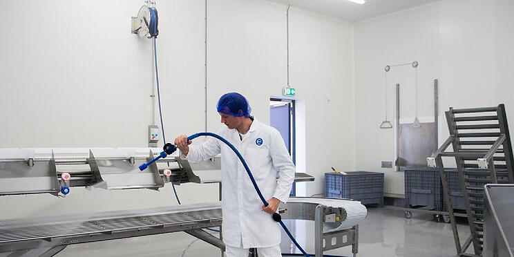 Work ergonomically in the factory with a professional stainless steel hose reel
